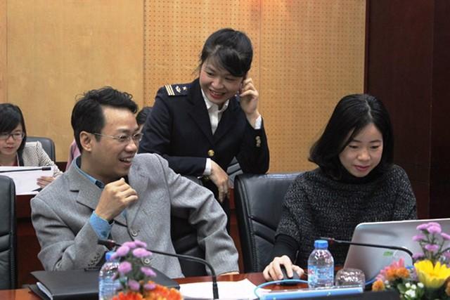 Ông Phạm Anh Tuấn giải đáp thắc mắc của bạn đọc về thuế xuất nhập khẩu từ 1-1-2018. Ảnh: Báo Hải Quan