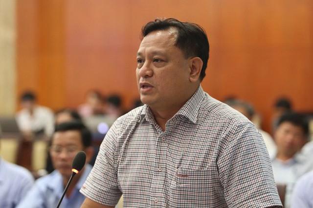 Phó Chủ tịch UBND quận 11 Trần Phi Long trả lời đại biểu.