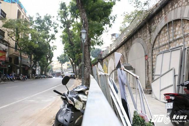 Việc thực hiện dự án bích họa bị tạm dừng khiến cả đoạn đường Phùng Hưng trở nên nhếch nhác. (Ảnh: Tùng Lâm)