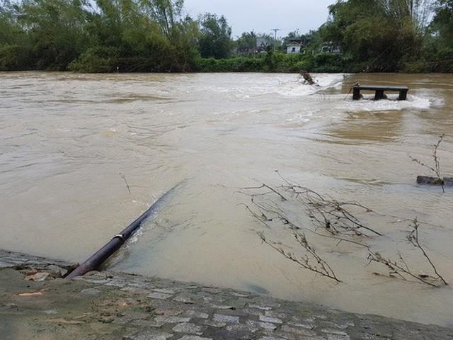 Do đoạn ống dẫn nước bị vỡ vẫn còn chìm trên nước lũ nên chưa thể khắc phục được