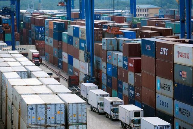 Hàng hóa xuất nhập khẩu tại cảng Cát Lái (TP HCM) Ảnh: HOÀNG TRIỀU