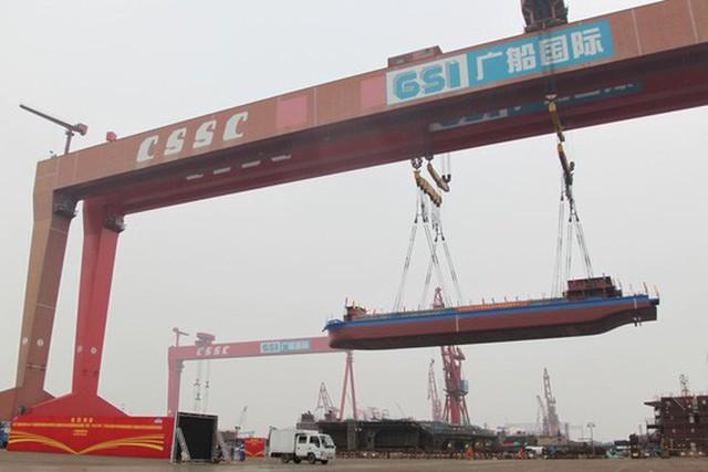 Tàu chở hàng đầu tiên trên thế giới chạy bằng điện được hạ thủy tại Trung Quốc hồi tháng 11. Ảnh: PEOPLE'S DAILY CHINA