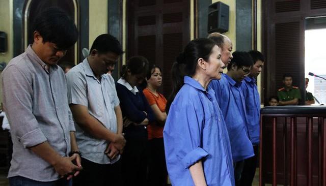 Bị cáo Nguyễn Thị Hoàng Oanh (nữ ngoài cùng) và các đồng phạm tại toà sáng 11-12.