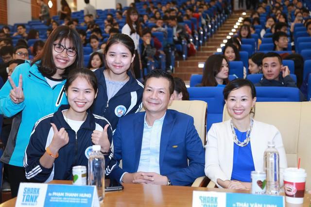 Shark Linh và Shark Hưng chụp ảnh cùng sinh viên.