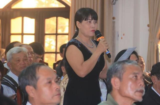 Cử tri Nguyễn Thị Thanh Hương trình bày ý kiến của mình tại buổi tiếp xúc. Ảnh: Nguyễn Thành