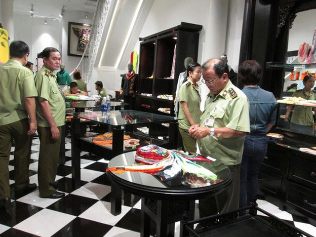 QLTT TP HCM kiểm tra cửa hàng Khaisilk tại TP HCM hồi tháng 11 Ảnh: NGỌC ÁNH