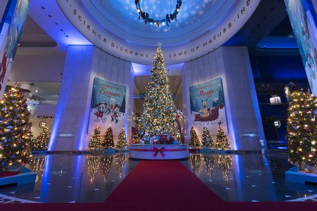 Một tòa nhà được trang trí đón mừng Giáng sinh theo phong cách Disney tại Chicago, Mỹ.