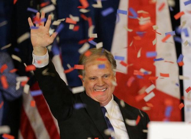 Đảng viên Dân chủ Doug Jones giành chiến thắng hôm 12-12. Ảnh: REUTERS