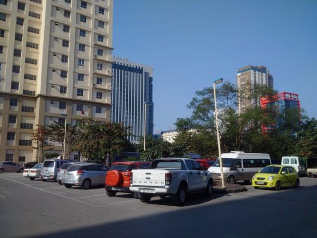 Sân chung giữa các tòa nhà tại Khu đô thị Nam Trung Yên biến thành điểm trông giữ xe.