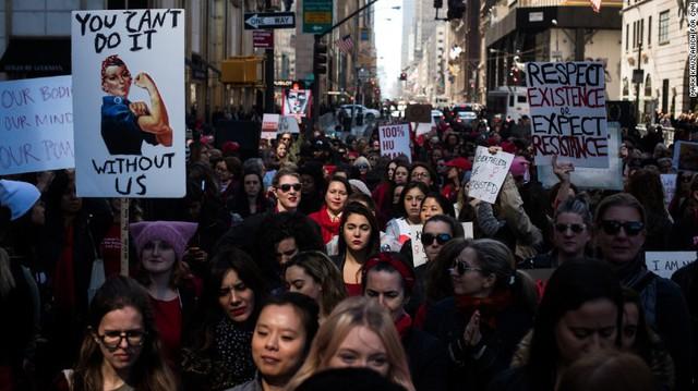 Phụ nữ diễu hành ngày 8/3 tại New York (Nguồn: CNN).