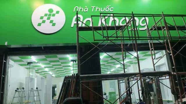 Trên tài khoản facebook Nguyennam, hình ảnh nhà thuốc An Khang được chụp lại với hình nền màu xanh làm chủ đạo cùng logo của Thế Giới Di Động.