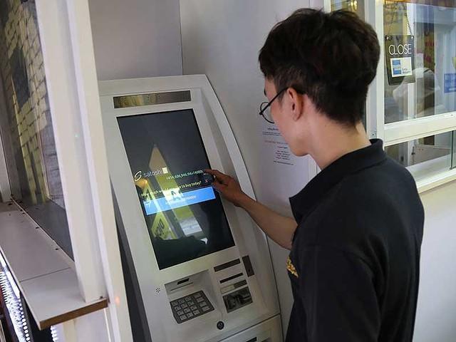 Dù giao dịch bitcoin chưa được pháp luật Việt Nam thừa nhận và bảo vệ, nhiều người vẫn tìm đến chiếc máy để mua bán.  Trong ảnh: Khách đến giao dịch bitcoin tại  trụ  ATM bitcoin đặt trong một quán cà phê trên đường Bùi Viện, quận 1, TP.HCM. Ảnh: HOÀNG GIANG