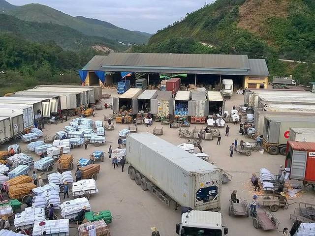 Trung Quốc thay đổi chính sách nhập khẩu nông sản cả nửa tháng mà doanh nghiệp Việt vẫn không biết. Trong ảnh: Hàng hóa xuất khẩu đang tập kết tại cửa khẩu Bắc Phong Sinh, Quảng Ninh. Ảnh: TL