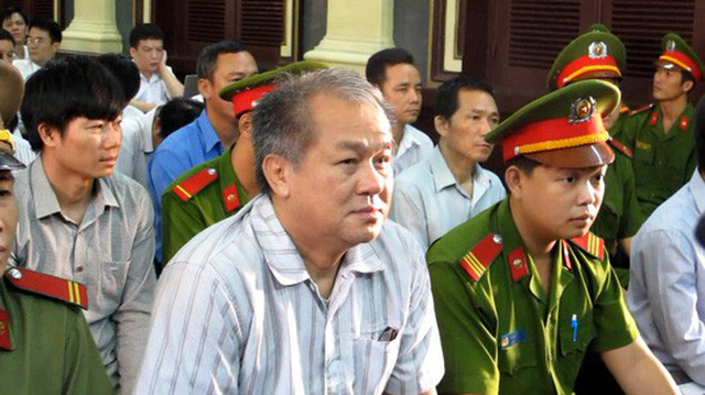 Phạm Công Danh (hàng đầu, bên trái) trong phiên xét xử sơ thẩm