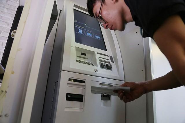 Dù xuất hiện chưa lâu và chưa được pháp luật Việt Nam thừa nhận nhưng nhiều người tại TP.HCM vẫn tìm đến các quán cà phê, quán ăn có tích hợp ATM để giao dịch bitcoin- ảnh: Hoàng Giang