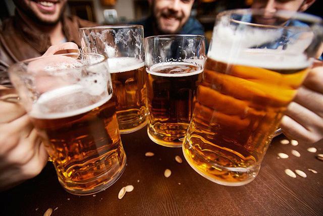 Rượu bia là loại đồ uống không thể thiếu trong các bữa tiệc lớn.