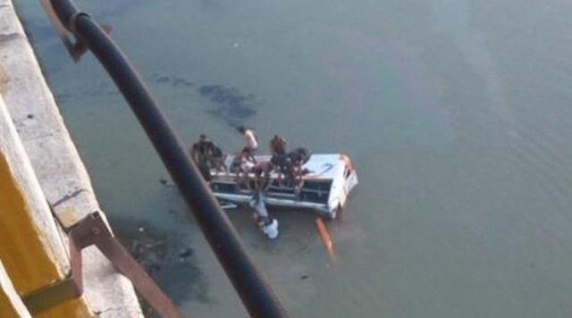 Hiện trường vụ tai nạn khiến 33 người thiệt mạng. Ảnh: ANI