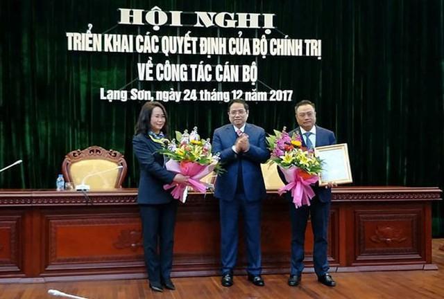 Trưởng ban Tổ chức TƯ (giữa) trao quyết định, tặng hoa cho bà Lâm Phương Thanh và ông Trần Sỹ Thanh. Ảnh: N.T
