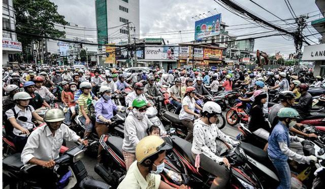 10 năm kể từ khi quy định bắt buộc đội mũ bảo hiểm được ban hành ở Việt Nam, tỉ lệ người tham gia giao thông chấp hành đạt hơn 90%. Ảnh: SCMP