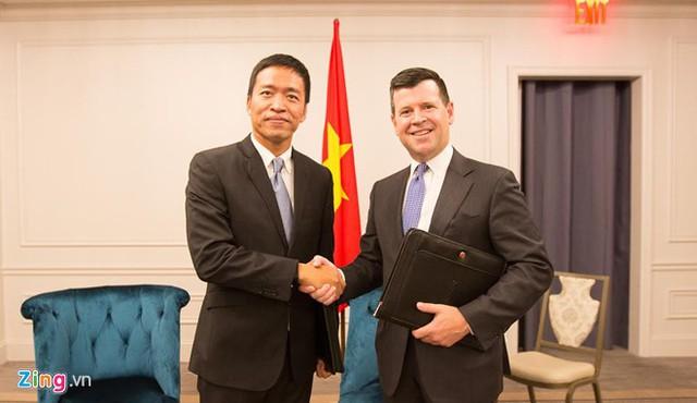 Chủ tịch kiêm Tổng giám đốc VNG, Lê Hồng Minh và Phó chủ tịch sàn chứng khoán Nasdaq, Bob McCooey bắt tay sau lễ ký kết. Ảnh: Zing