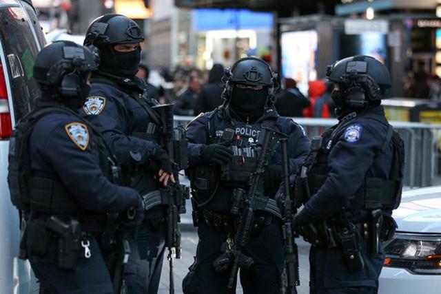 Cảnh sát chống khủng bố tăng cường an ninh tại Quảng trường Thời Đại, New York - Mỹ hôm 28-12 Ảnh: REUTERS