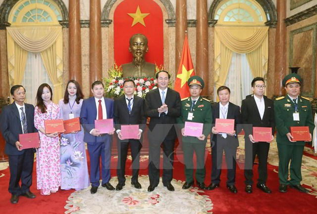 Chủ tịch nước Trần Đại Quang tặng quà cho các đại biểu tại buổi gặp mặt. (Ảnh: Nhan Sáng/TTXVN)