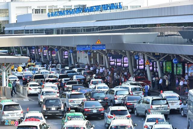 Khu vực đón trả khách trước ga Quốc nội Tân Sơn Nhất cũng thường xuyên ùn tắc các loại ôtô cá nhân và taxi. Ảnh: Lê Quân.