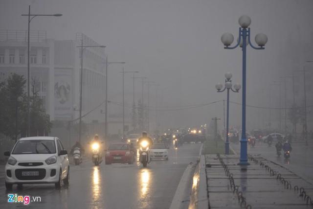 Đường phố Hà Nội ùn tắc trong mưa mù, trời tối sầm - ảnh 3