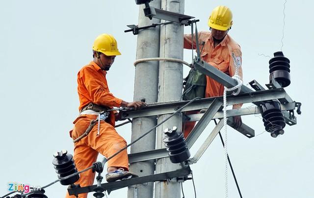 Tới đây tập đoàn phải huy động nguồn điện chạy dầu khoảng 2,2 tỷ kWh. Ảnh: Hoàng Hà.
