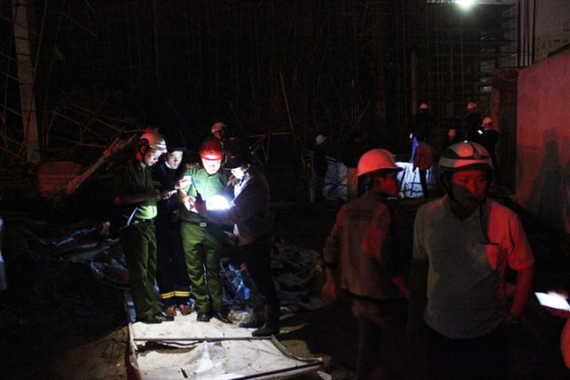 Lực lượng công an tại hiện trường vụ sập giàn giáo. Ảnh: Tấn Việt