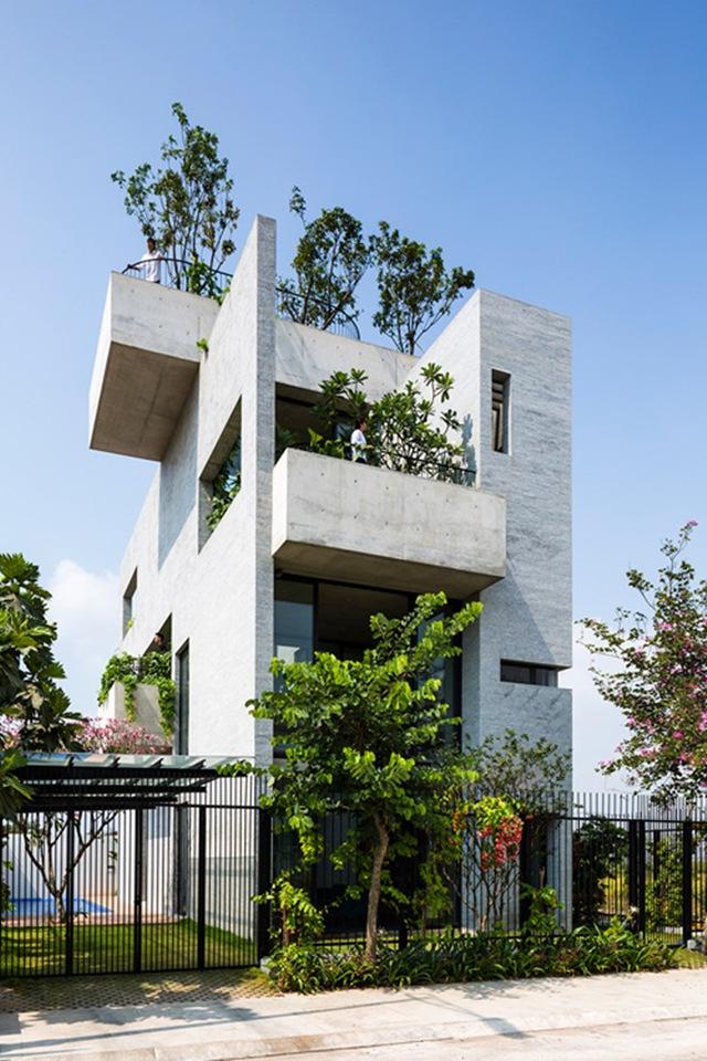 """Ngôi nhà 3 tầng với 7 """"miệt vườn"""" xanh hút mắt nhìn từ bên ngoài."""