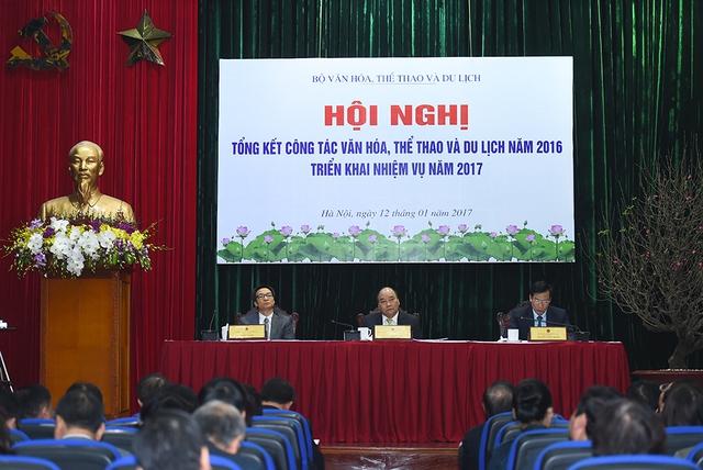 Thủ tướng Nguyễn Xuân Phúc, Phó Thủ tướng Vũ Đức Đam dự Hội nghị trực tuyến tổng kết công tác văn hóa, thể thao và du lịch năm 2016 và triển khai nhiệm vụ năm 2017. Ảnh: VGP/Quang Hiếu