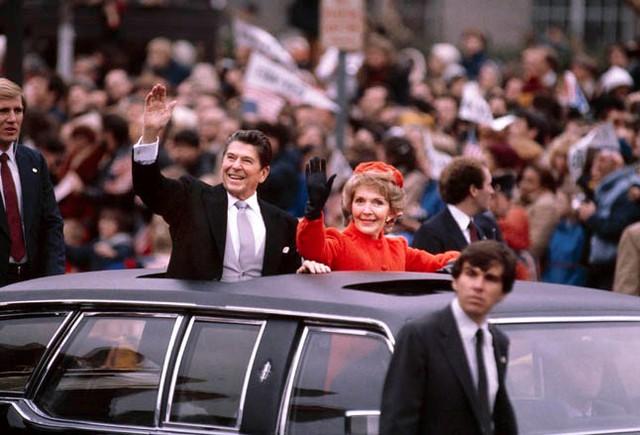 Ronald Reagan vẫy tay chào đám đông dọc Đại lộ Pennsylvania trong ngày nhậm chức năm 1981. Ảnh: Getty.