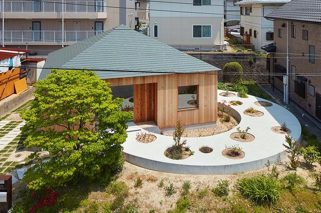 Toàn cảnh ngôi nhà gỗ 75m2 với thiết kế khác lạ tại Hiroshima. Ngôi nhà chỉ có 1 tầng nhưng không gian bên trong lại vô cùng thoáng sáng và tiện nghi.