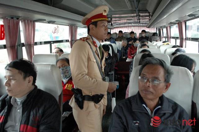 Lực lượng CSGT kiểm tra số người quy định trên xe khách.