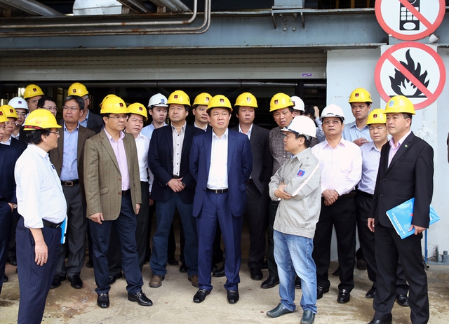 Phó Thủ tướng Vương Đình Huệ trong 1 lần thị sát, xử lý khó khăn yếu kém của Công ty cổ phần nhiên liệu sinh học miền Trung (thuộc Tập đoàn Dầu khí Việt Nam) tại Quảng Ngãi. Ảnh: VGP/Thành Chung