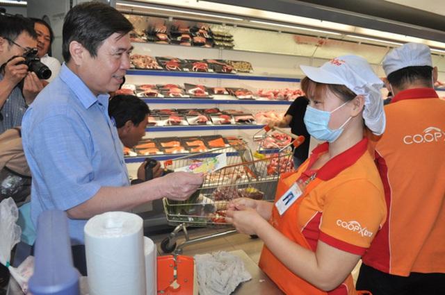 Chủ tịch UBND TP HCM Nguyễn Thành Phong lì xì Tết cho nhân viên siêu thị Co.opXtra
