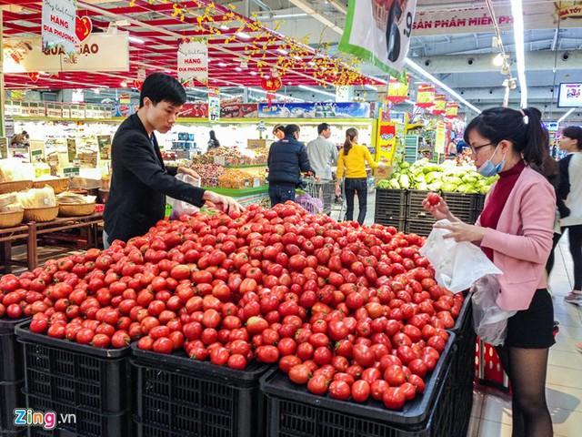 Anh Nguyễn Thạch Anh (ở Nguyễn Phong Sắc) ưu tiên những loại củ quả cho các bữa ăn tiếp theo của gia đình.