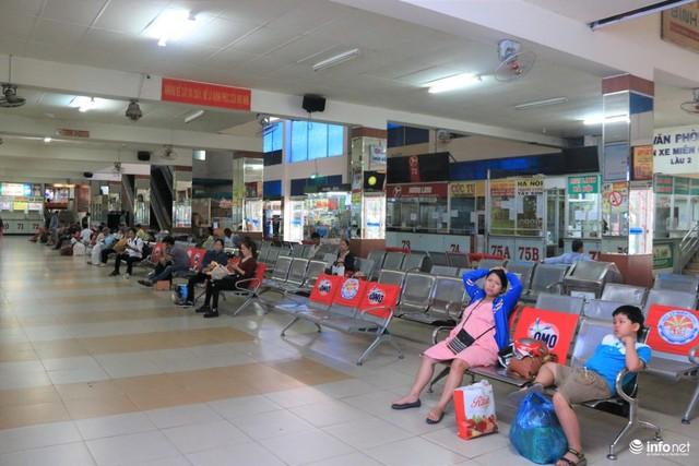 Trong sảnh chờ bến xe rất ít người ngồi chờ đợi đi về các tỉnh thành lân cận