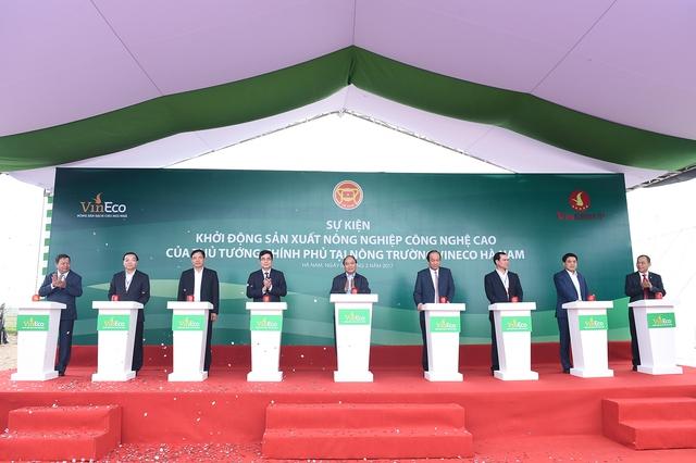Thủ tướng Nguyễn Xuân Phúc nhấn nút khởi động sản xuất nông nghiệp công nghệ cao tại tỉnh Hà Nam. - Ảnh: VGP/Quang Hiếu