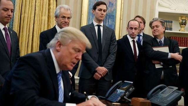 Trong số các cố vấn hàng đầu của Tổng thống Trump, Stephen Bannon đứng ngoài cùng bên phải và Stephen Miller kế tiếp. Ảnh: AP.