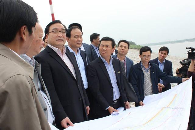 Bí thư Thành ủy HN Hoàng Trung Hải kiểm tra một số điểm đê kè