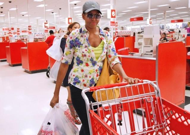Bà Michelle Obama đi mua sắm tại một cửa hàng Target hồi năm 2011. Ảnh: AP.