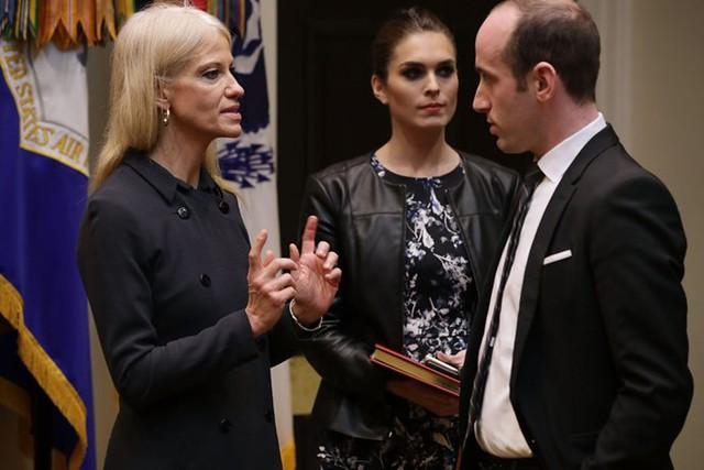 Kellyanne Conway (trái) cố vấn cho Tổng thống Trump cùng với Hope Hicks, giám đốc truyền thông chiến lược và Stephen Miller, cố vấn cao cấp cho chính sách tại Nhà Trắng vào tháng 1. Ảnh: Getty.