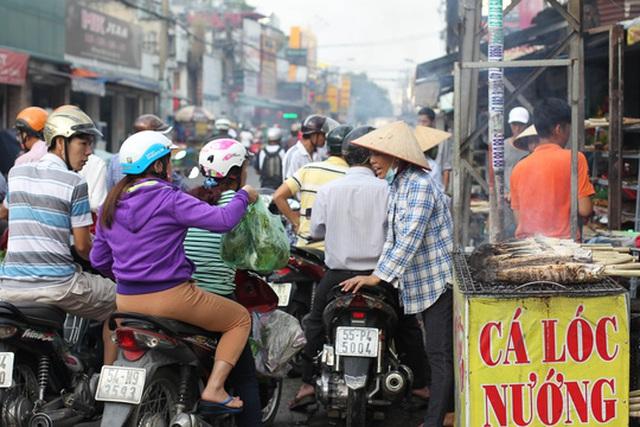 Từ sáng sớm ngày 6-2 (mùng 10 tháng Giêng âm lịch) nhiều người dân đã bắt đầu đi mua cá lóc nướng để Vía Thần Tài.