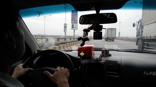 Tài xế taxi lo ngại việc tăng thuế môi trường với xăng. Ảnh: L.Bằng