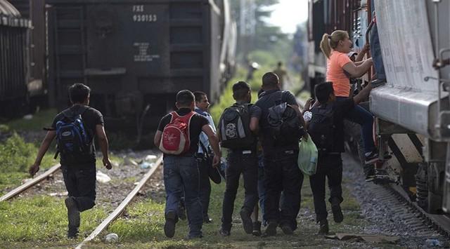 Người nhập cư từ Mexico nhảy tàu để đi đến biên giới phía bắc nước này, tìm cách nhập cư trái phép vào Mỹ. Ảnh: AP.