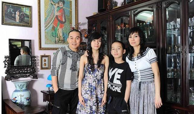Danh hài Xuân Hinh hiện đang sống trong một căn nhà khá rộng tại khu trung tâm Hà Nội cùng vợ và con trai.