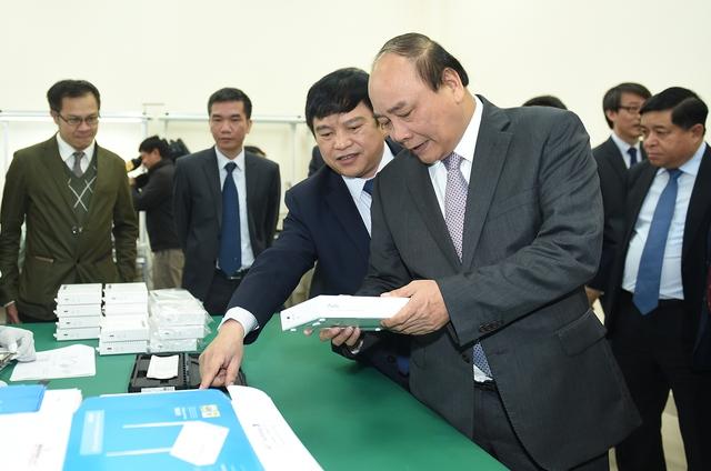 Thủ tướng tham quan Nhà máy điện tử số 2 của Công ty VNPT Technology. Ảnh: VGP/Quang Hiếu