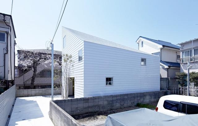 Ngôi nhà nhỏ trắng toát nằm yên bình trong một khu dân cư ở Kanagawa (Nhật Bản).